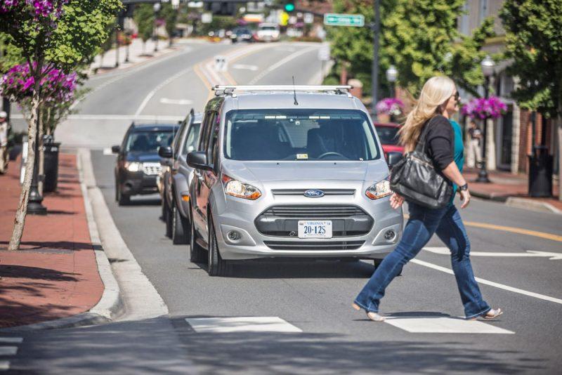 Guida autonoma: Ford sperimenta luci che comunicano con pedoni e driver