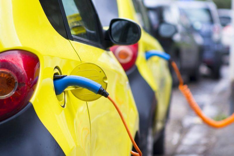Auto elettriche e ibride: in Italia sono solo lo 0,66%