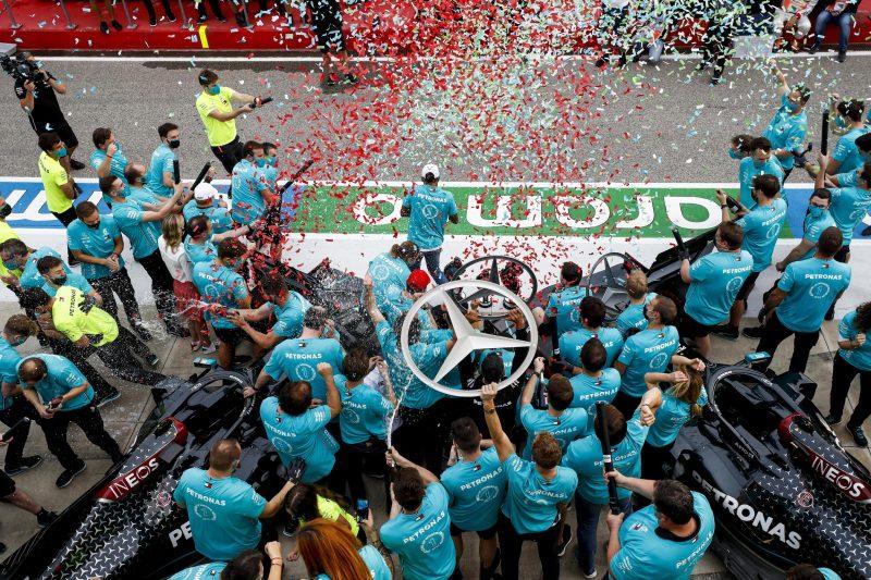 Axalta esulta con il team Mercedes-AMG Petronas per la conquista del campionato di F1