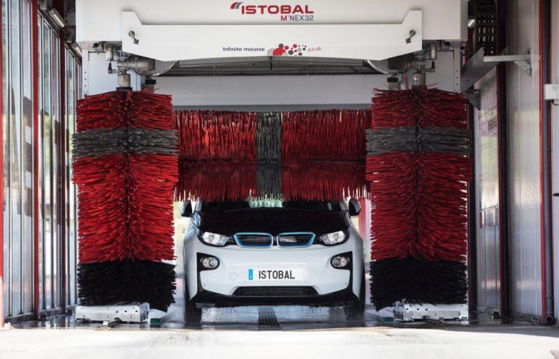 Come lavare un'auto elettrica o ibrida